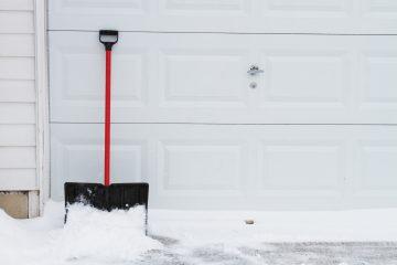 Cum sa iti pregatesti usa de la garaj pentru iarna